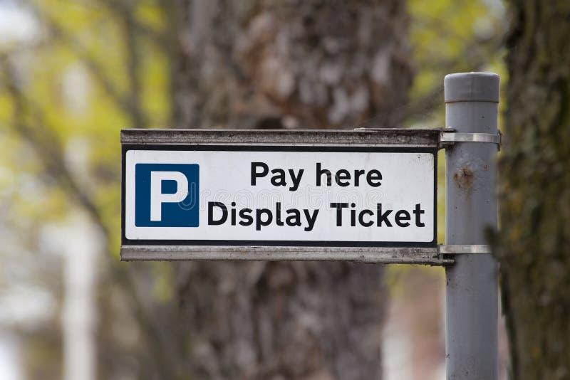 Segno del parcheggio dell'esposizione e di paga fotografie stock