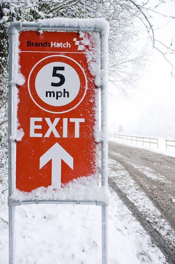 Segno del portello di marche coperto in neve fotografia stock