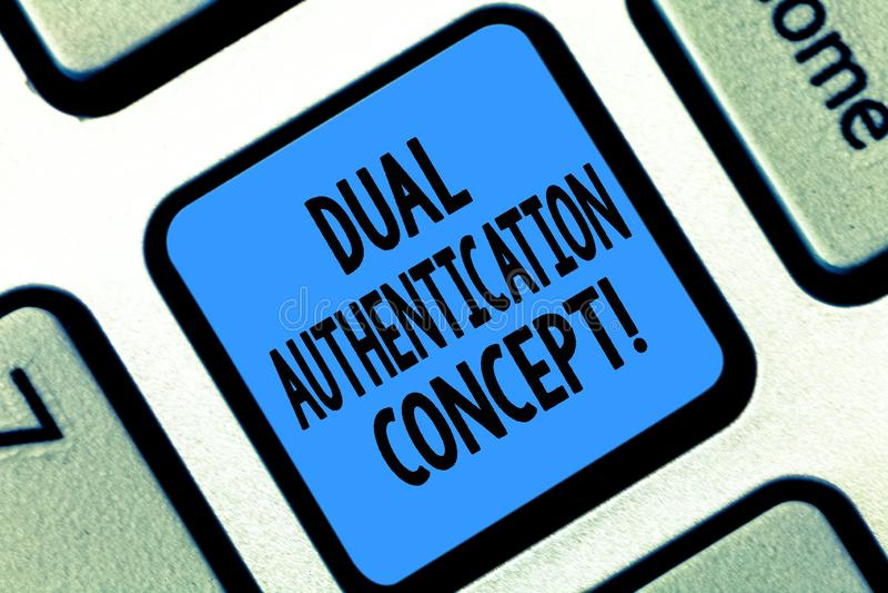Segno del testo che mostra concetto doppio di autenticazione La foto concettuale ha bisogno di due tipi di credenziali per l'aute fotografia stock libera da diritti