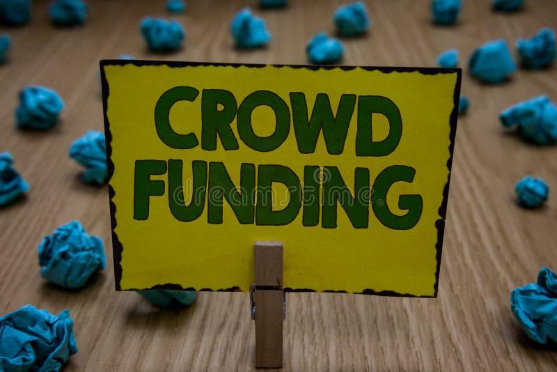 Segno del testo che mostra finanziamento della folla Yel Startup raccoglientesi fondi della tenuta della molletta da bucato di do fotografie stock libere da diritti