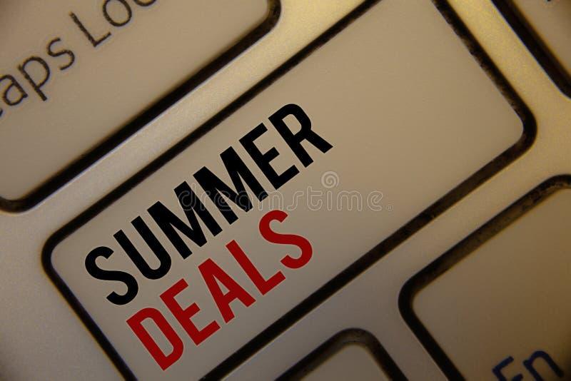 Segno del testo che mostra gli affari di estate Le vendite speciali delle foto concettuali offre per gli sconti dei prezzi di via fotografia stock