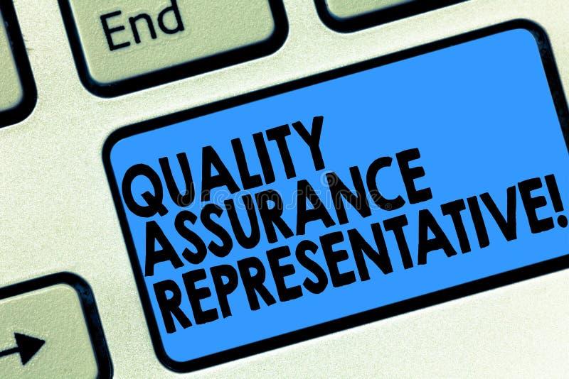 Segno del testo che mostra il rappresentante di assicurazione di qualità La foto concettuale sviluppa e implementa la tastiera di illustrazione vettoriale