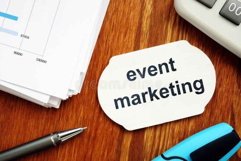 Segno del testo che mostra introduzione sul mercato di evento Il testo è scritto su un piccolo bordo di legno Grafici sullo strat fotografia stock