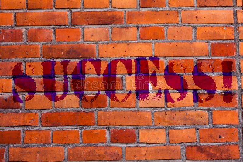 Segno del testo che mostra successo Realizzazione concettuale di risultato della foto di una certa arte del muro di mattoni di sc royalty illustrazione gratis
