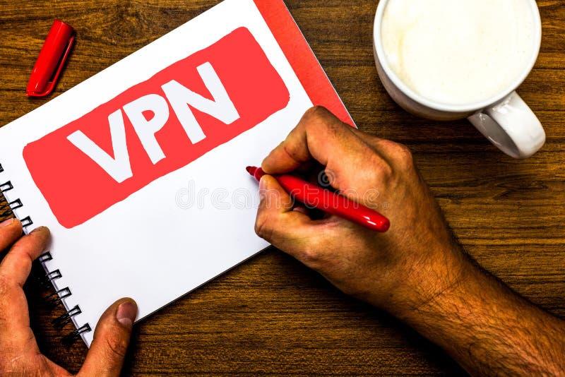 Segno del testo che mostra Vpn La foto concettuale ha assicurato la rete privata virtuale attraverso la penna rossa di dominio de fotografia stock libera da diritti