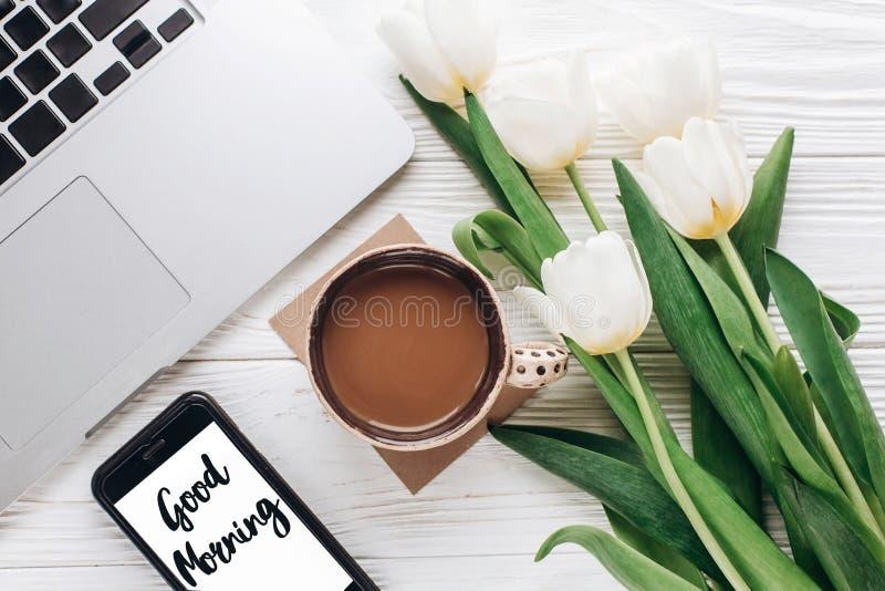 Segno del testo di buongiorno sullo schermo e sul computer portatile del telefono con la mattina c immagini stock libere da diritti