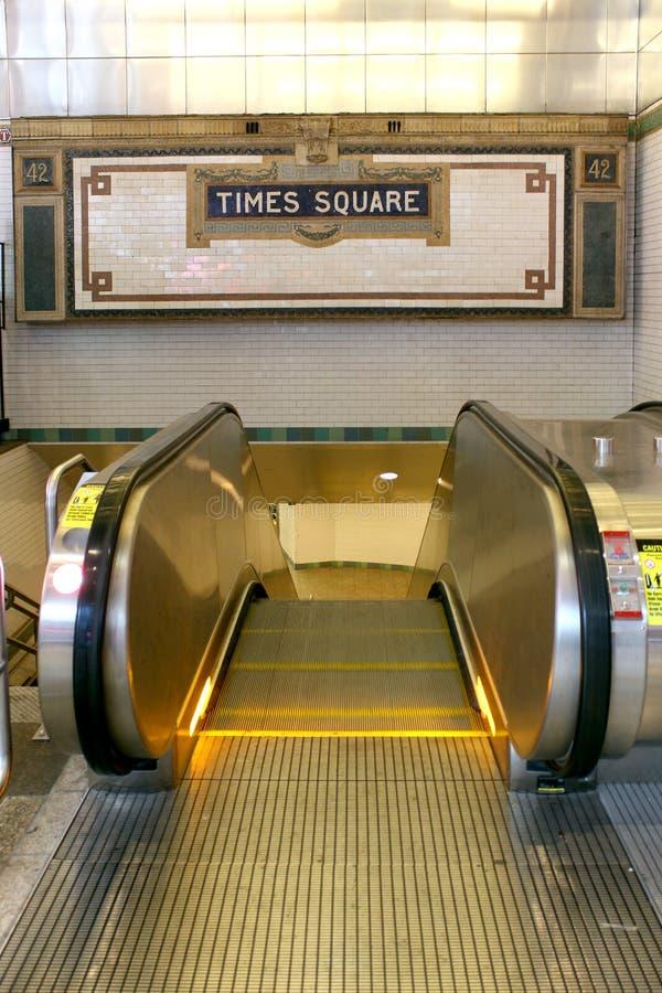 Segno del Times Square del sottopassaggio della stazione di New York sulla parete delle mattonelle immagine stock