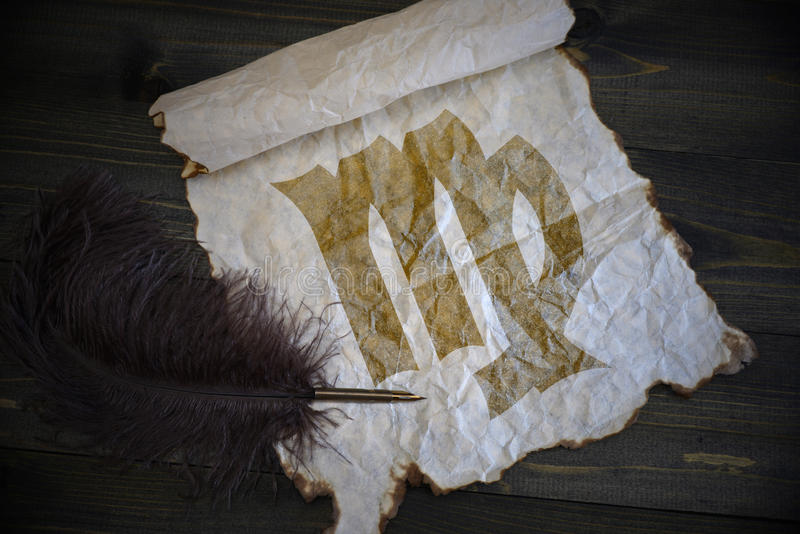 Segno del Vergine dello zodiaco su carta d'annata con la vecchia penna sullo scrittorio di legno immagine stock