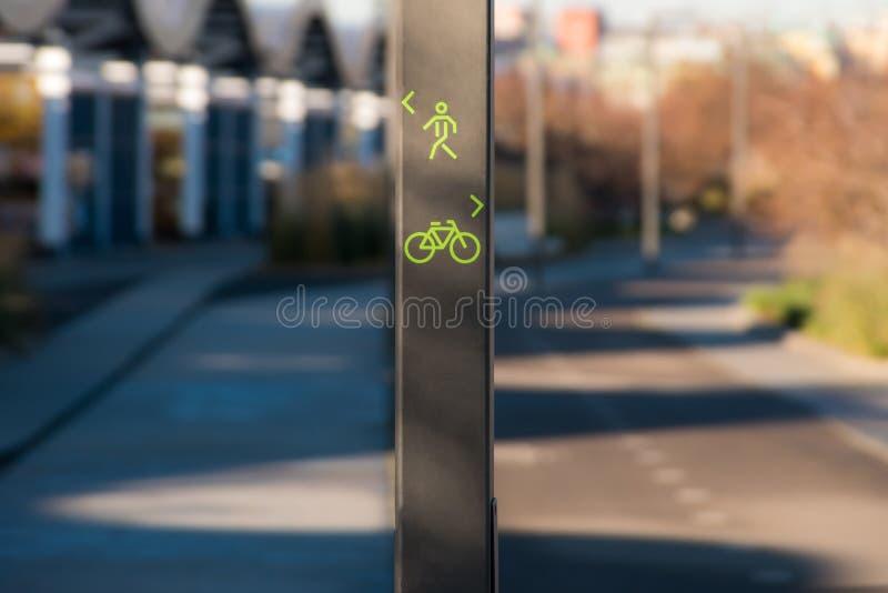 Segno del vicolo del pedone e della bicicletta fotografie stock libere da diritti