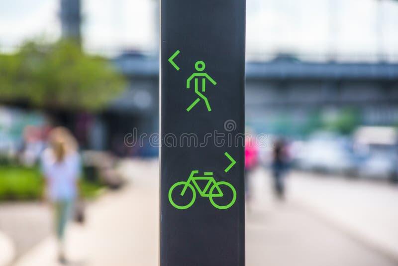 Segno del vicolo del pedone e della bicicletta fotografia stock libera da diritti