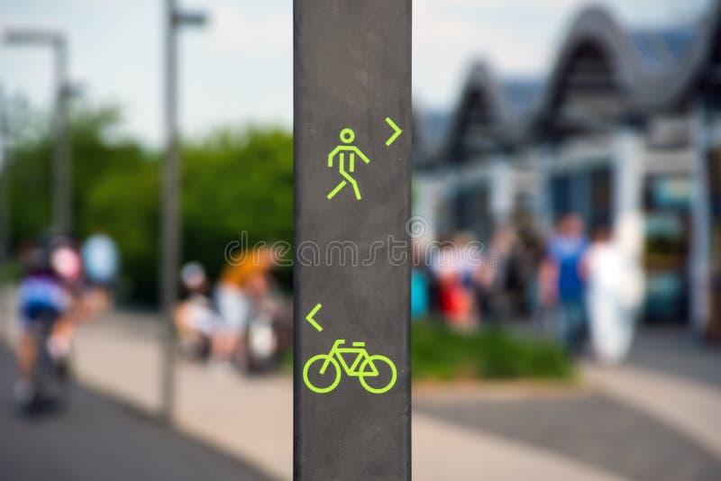 Segno del vicolo del pedone e della bicicletta fotografia stock