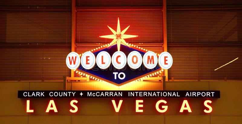 Segno dell'aeroporto di Las Vegas alla notte fotografia stock libera da diritti