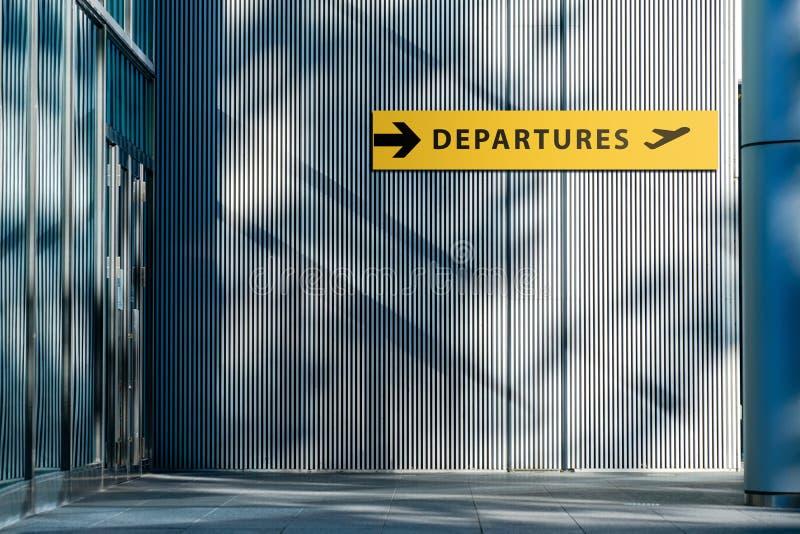 Segno dell'aeroporto per il repertorio terminale di partenze fuori della costruzione Corsa e trasporto fotografia stock libera da diritti