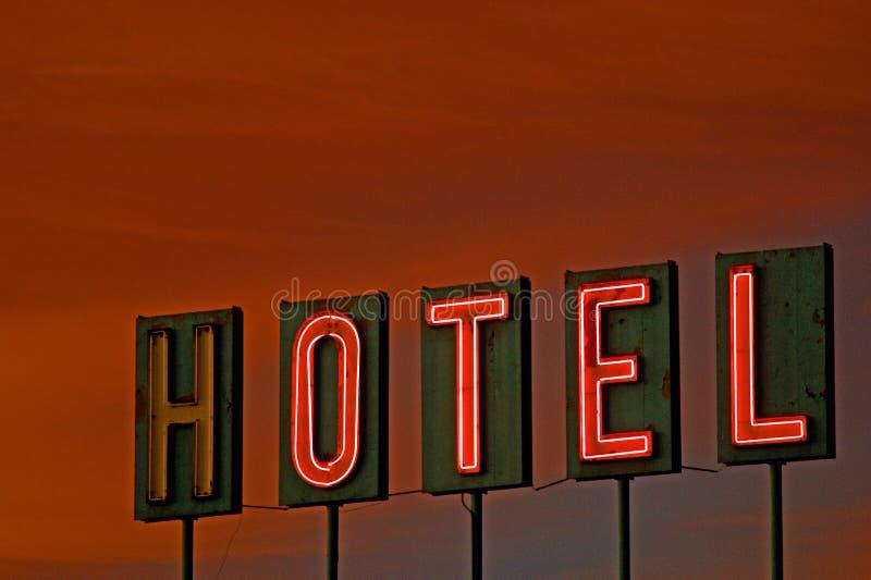 Segno dell'hotel al tramonto fotografie stock