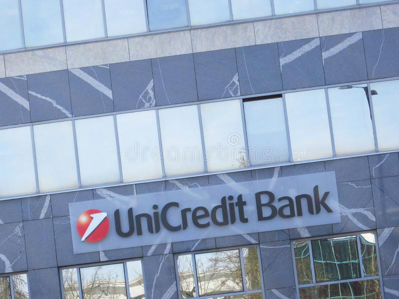 Segno della banca di Unicredit su una costruzione fotografia stock