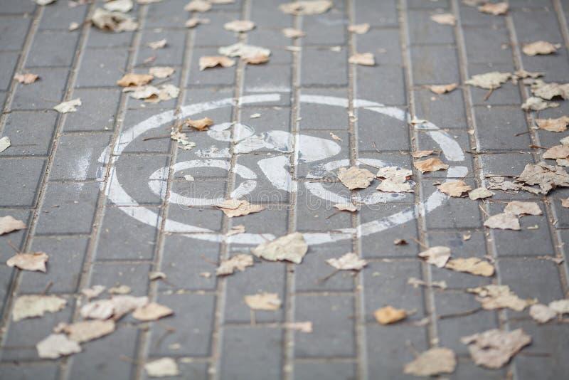 Segno della bicicletta che attinge le mattonelle della strada fotografia stock libera da diritti