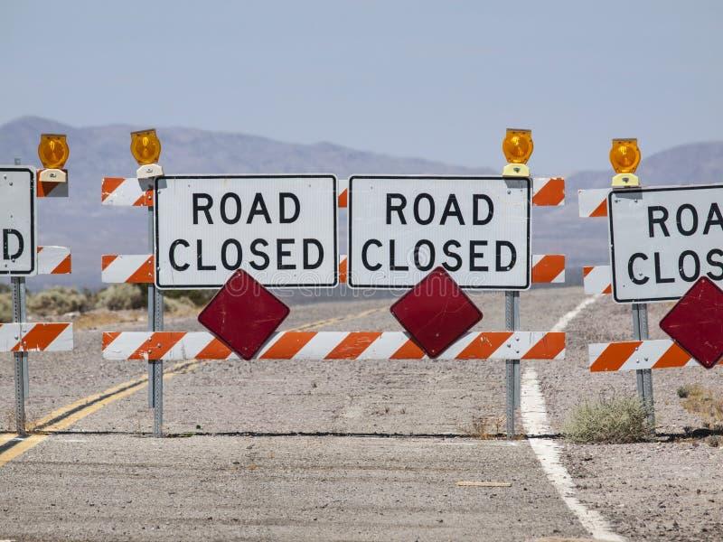 Segno della chiusura della strada della strada principale del deserto fotografia stock
