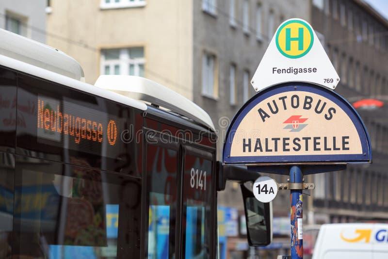 Segno della fermata dell'autobus Vienna, Austria immagini stock libere da diritti