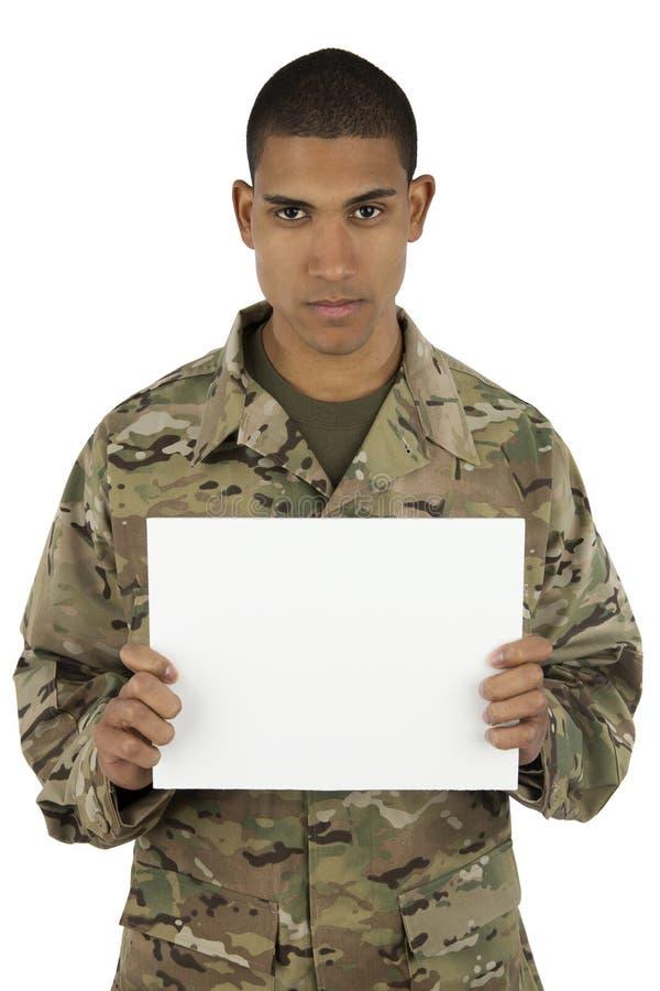 Segno della holding del soldato dell'afroamericano immagini stock