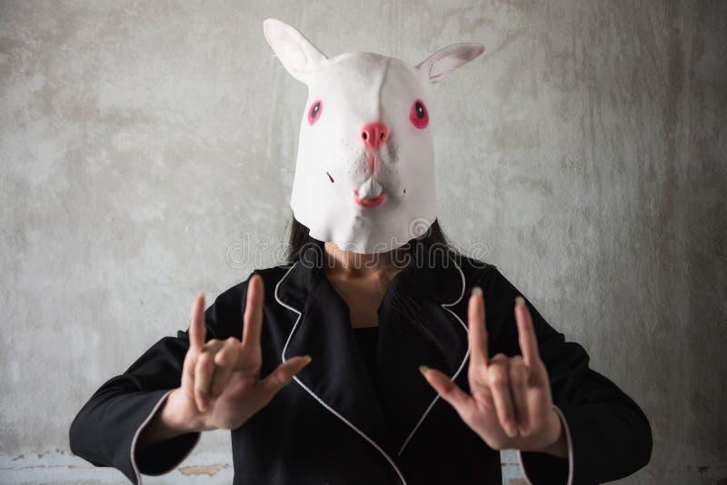 segno della mano di amore di manifestazione della ragazza della maschera del coniglio immagine stock