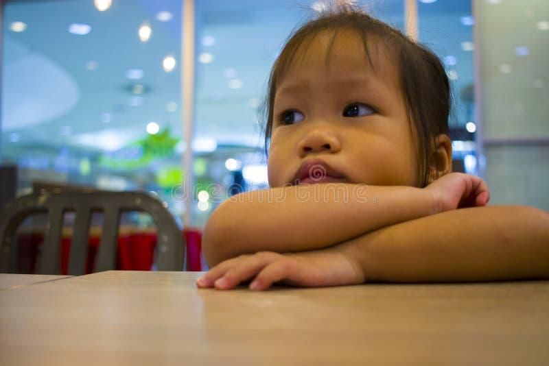 Segno della mano di rappresentazione della bambina del ritratto fotografie stock