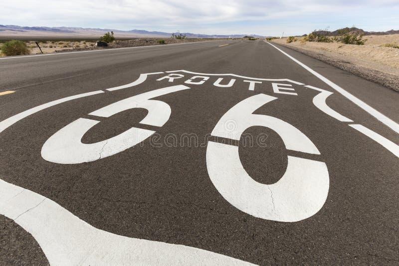 Segno della pavimentazione del deserto di Route 66 California immagine stock libera da diritti