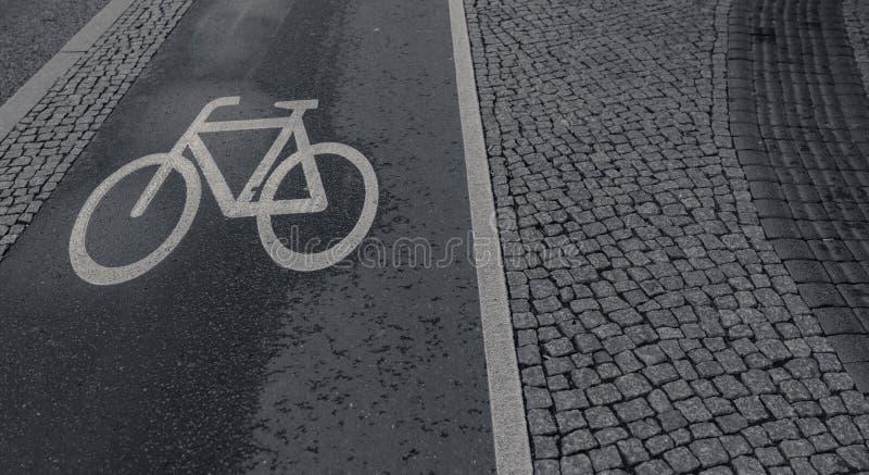 Segno della pista della bici attinto la strada fotografie stock