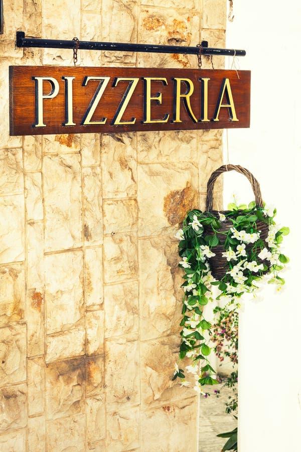 Segno della pizzeria sulla parete con il vaso da fiori decorativo illustrazione vettoriale