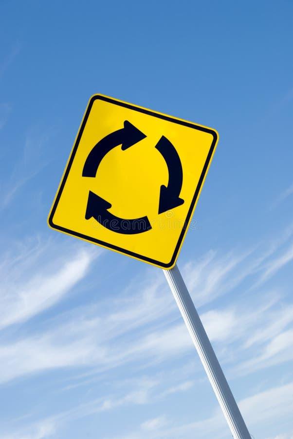 Segno della rotonda con il cielo fotografia stock libera da diritti