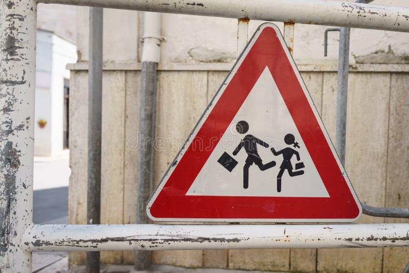Segno della scuola, bambini dell'Italia che attraversano segno accanto alla via fotografia stock