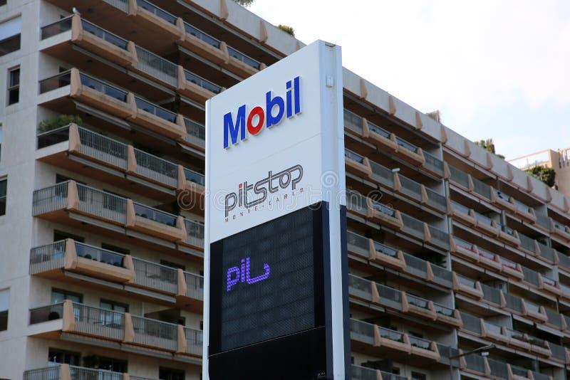 Segno della stazione di servizio di Mobil fotografia stock