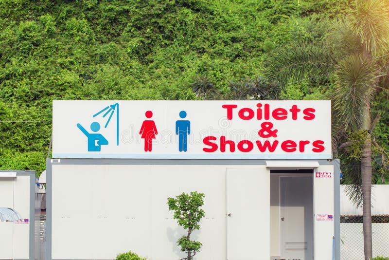 Segno delle toilette pubbliche e della doccia per le donne e gli uomini Toilette pubbliche e doccia immagini stock libere da diritti