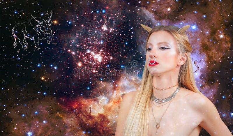 Segno dello zodiaco del Taurus Astrologia e oroscopo Bello Toro della donna sui precedenti della galassia immagine stock libera da diritti