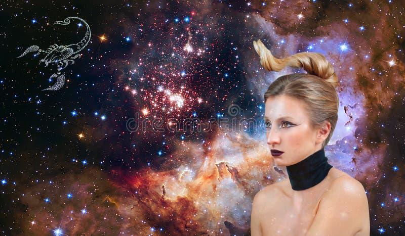 Segno dello zodiaco di scorpione Astrologia e oroscopo, bello scorpione della donna sui precedenti della galassia immagini stock