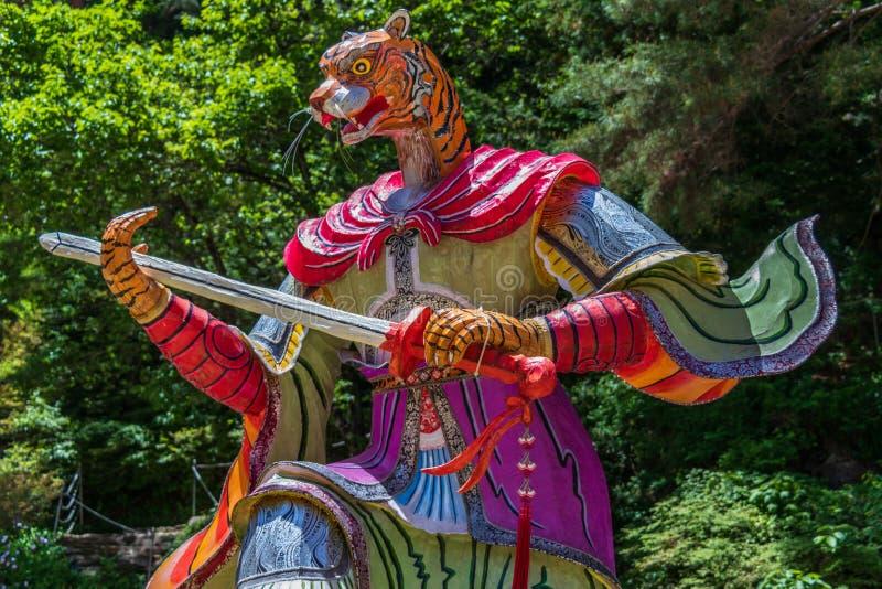 Segno dello zodiaco: Tiger Statue Lanterna di carta del segno astrologico dentro un tempio buddista in Corea del Sud Guinsa, regi immagini stock