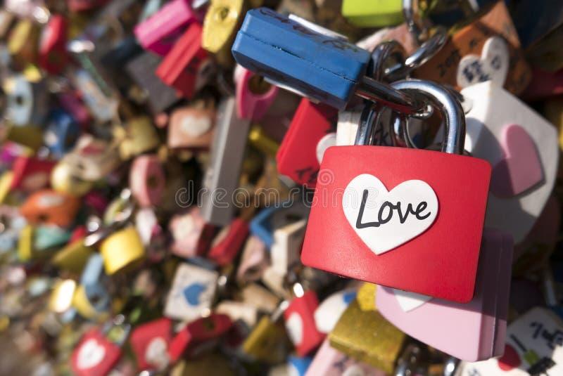 Segno di amore e concetto romanzesco Il cuore a forma di, amore padlocks bloccato al punto di riferimento, posto dei turisti fotografie stock libere da diritti