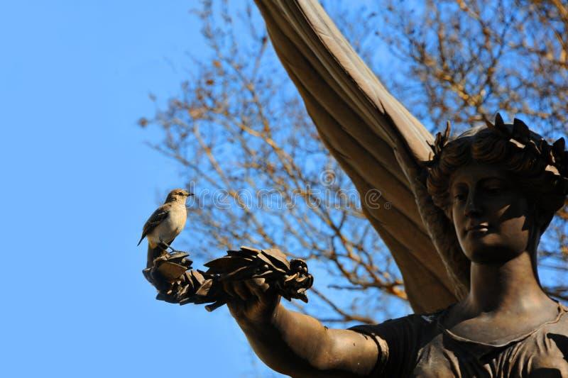 Segno di Angel Statue Holds di pace Olive Branch fotografia stock libera da diritti