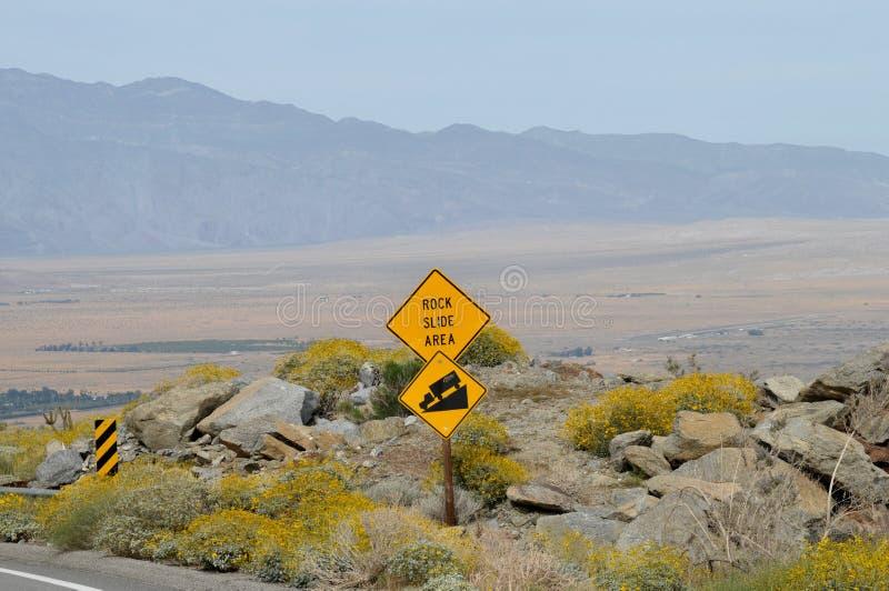 Segno di area della frana di roccia che trascura il paesaggio di Borrego Springs fotografie stock