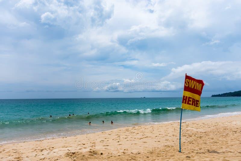 Segno di area di sicurezza nuotare nel mare Phuket, Tailandia immagine stock libera da diritti