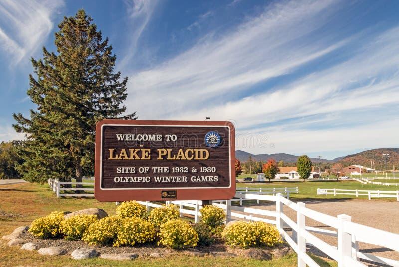 Segno di benvenuto all'entrata del lago Placido immagine stock