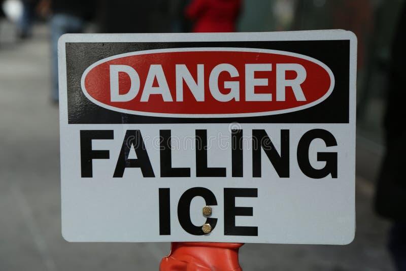 Segno di caduta del ghiaccio del pericolo fotografie stock libere da diritti