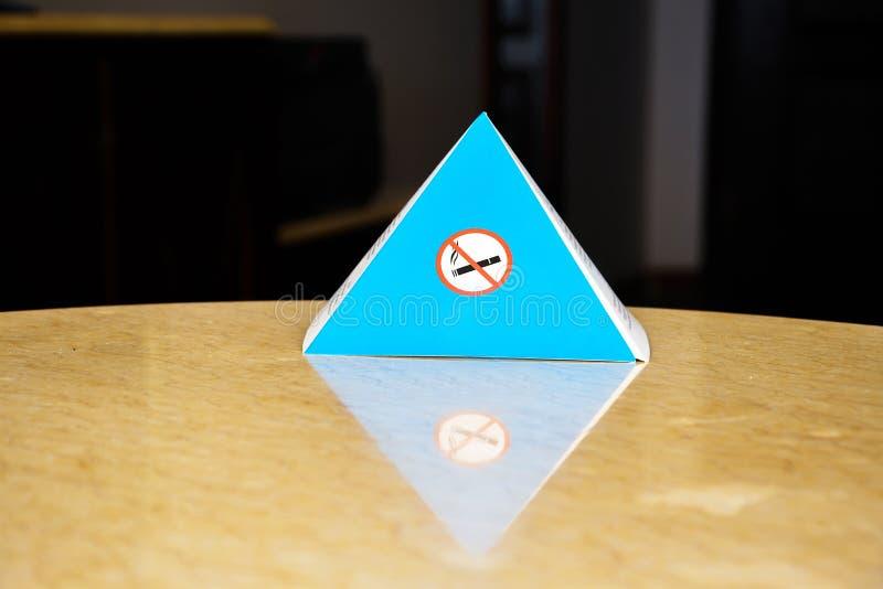 Segno di carta blu per la proibizione di fumo nei posti dell'interno immagini stock libere da diritti