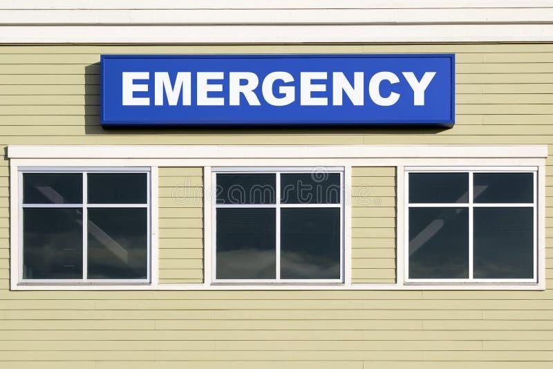 Segno di emergenza fuori della costruzione dell'ospedale fotografia stock