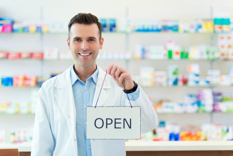 Segno di Holding An Open del farmacista fotografia stock libera da diritti