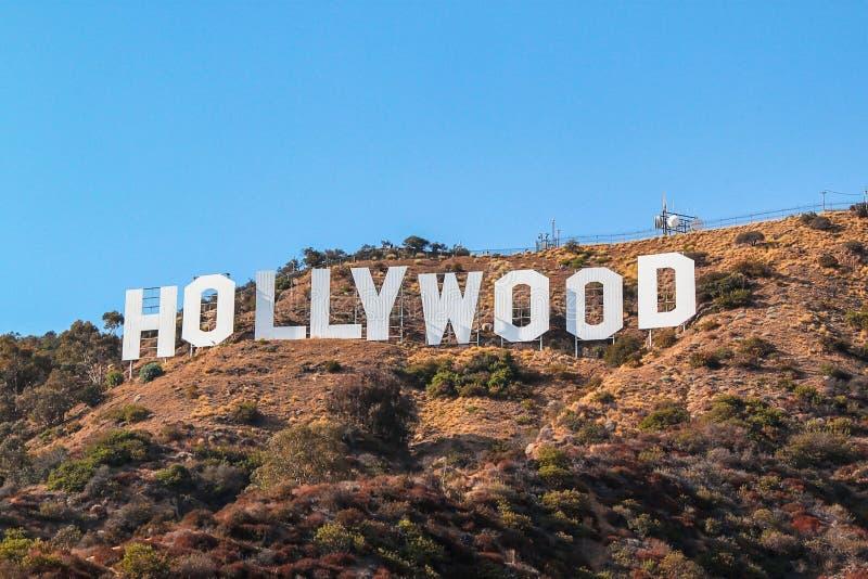 Segno di HOLLYWOOD sul fondo del cielo blu Punto di riferimento di fama mondiale U.S.A. Los Angeles, California immagini stock
