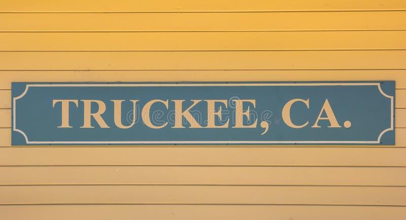 Segno di legno alla parete della stazione ferroviaria di Truckee fotografia stock