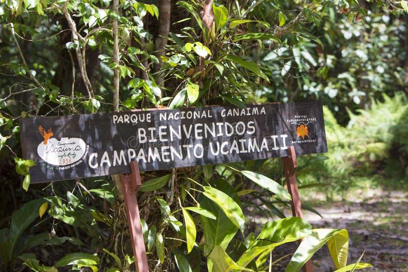 Segno di legno benvenuto al parco nazionale di Canaima fotografia stock libera da diritti