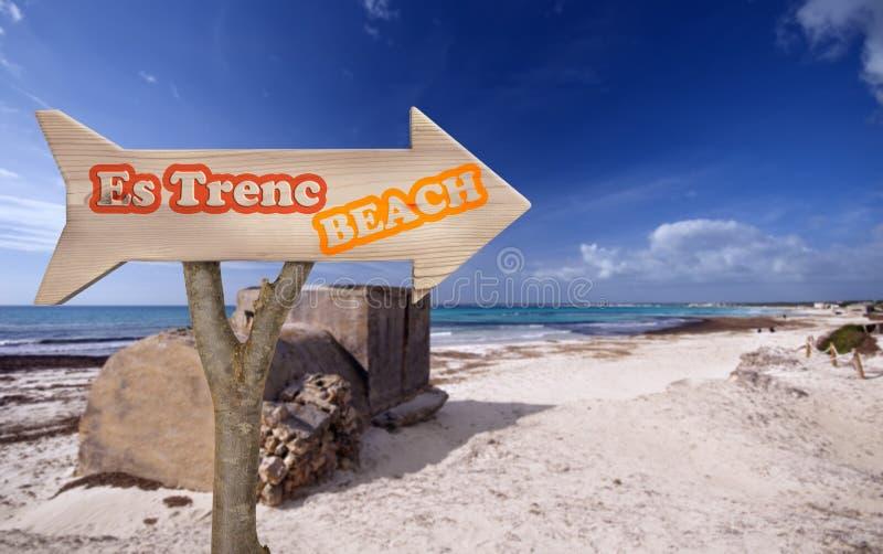 segno di legno che indica alla spiaggia del trenc di es immagini stock