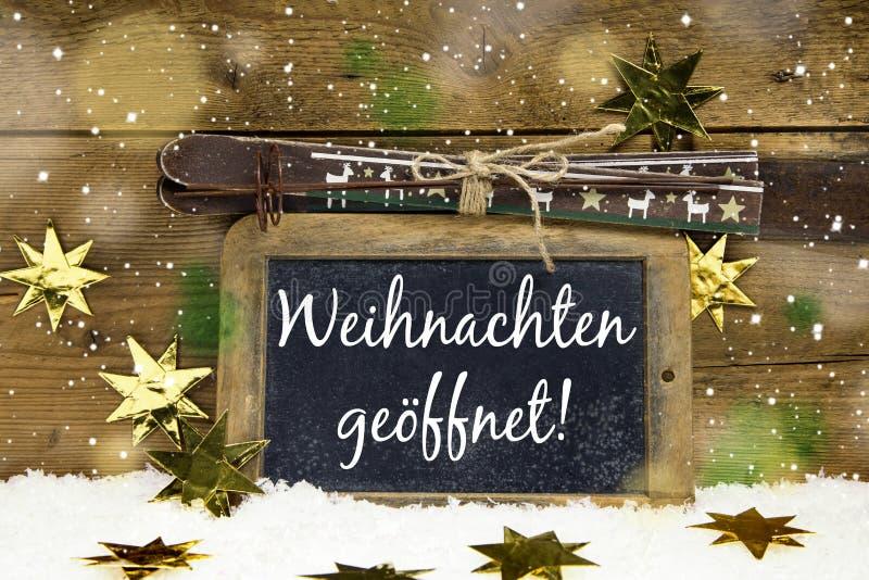 Segno di legno di Natale con testo tedesco per: abbiamo aperto sul chri immagini stock libere da diritti