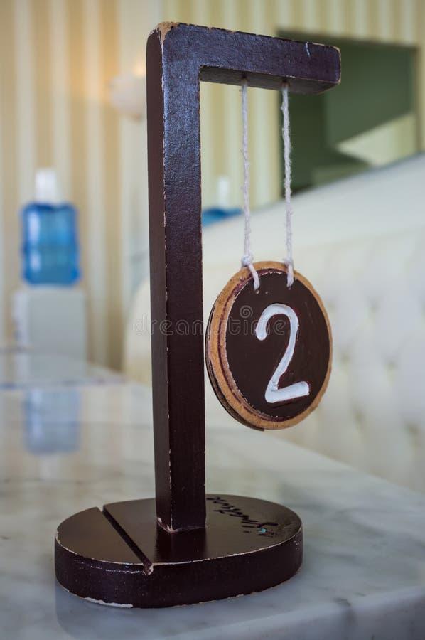 Segno di legno di numero due fotografia stock libera da diritti